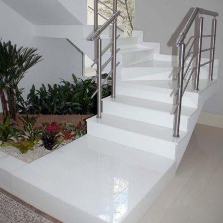 מדרגות מבריקות עשויות שיש