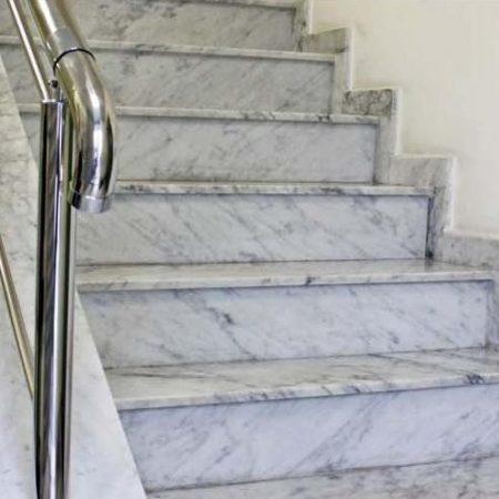מדרגות לבנות עשויות שיש
