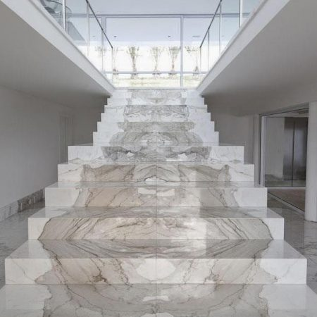 מדרגות עולות משיש לבן