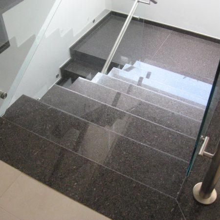 מדרגות אפורות משיש
