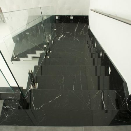 מדרגות מבריקות משיש בצבע שחור