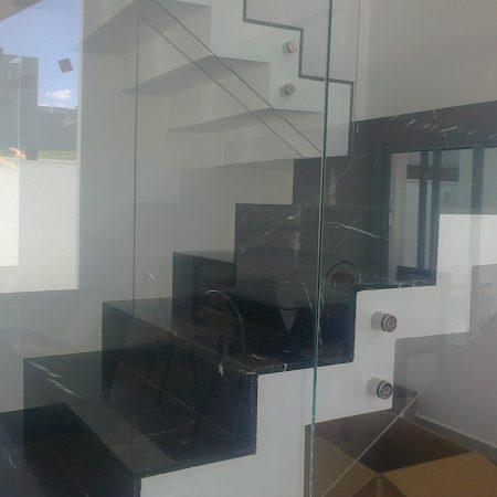 מדרגות שיש עם מעקה זכוכית