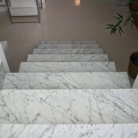 מדרגות שיש לבנות