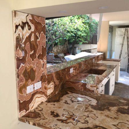 עבודות שיש גרניט טבעי - עבודות של שיש איטליאנו - שיש חום, זהב ושחור טבעי למטבח