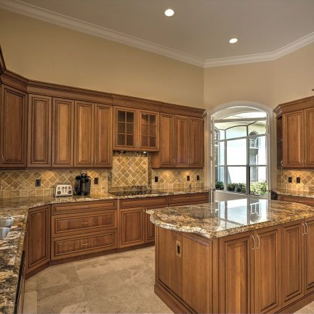 שיש גרניט טבעי במטבח מעץ