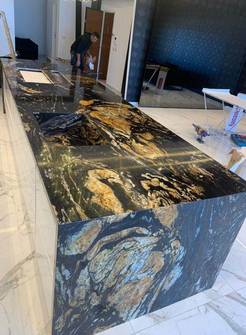 אי שולחן שיש שחור זהב